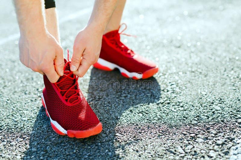 Benen in rode tennisschoenen stock afbeeldingen