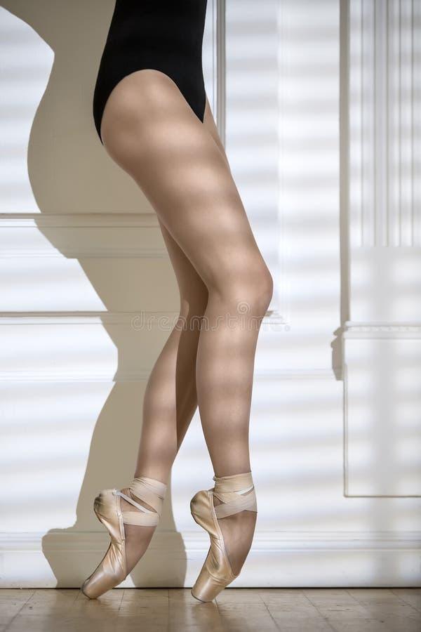 Benen van ballerina in studio stock foto