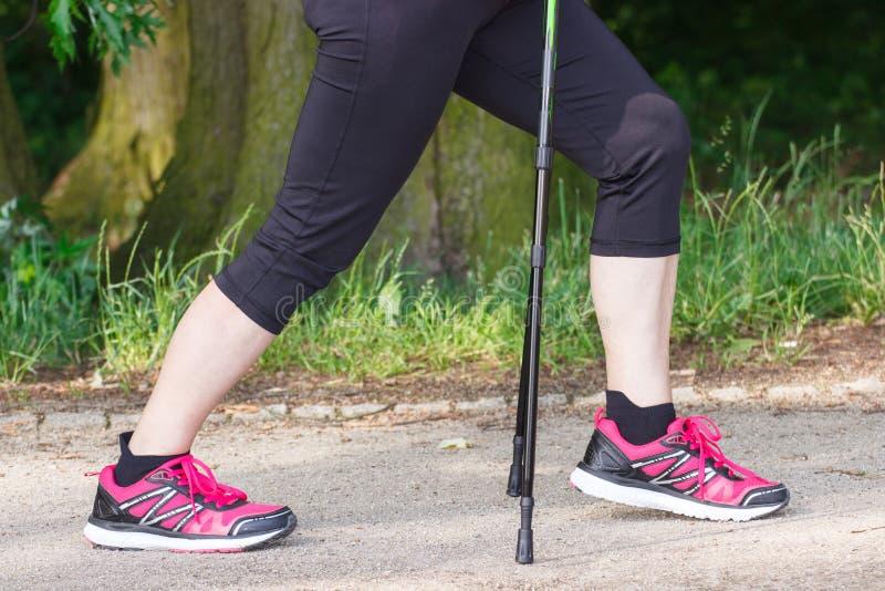 Benen van bejaarde hogere vrouw die het noordse lopen, sportieve levensstijlen in oude dag uitoefenen royalty-vrije stock afbeeldingen