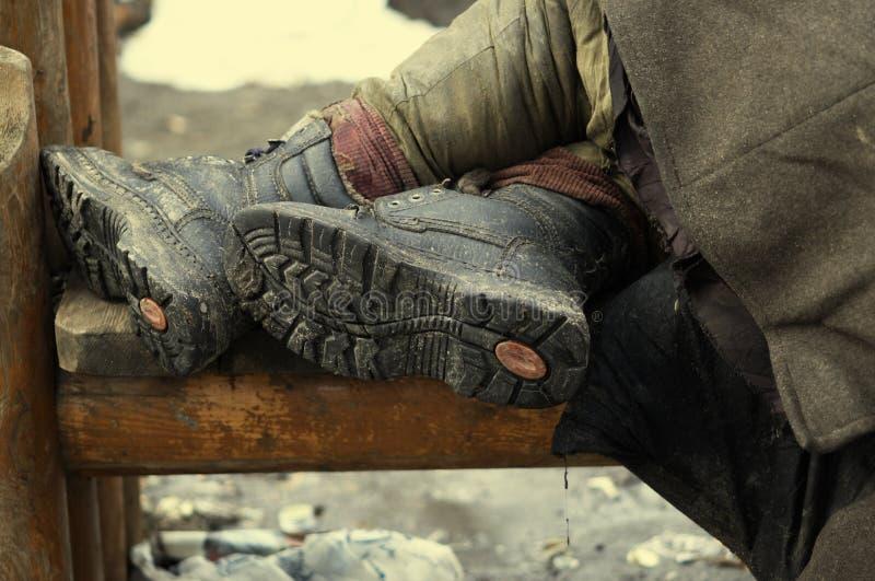 Benen van de dakloze persoon stock foto