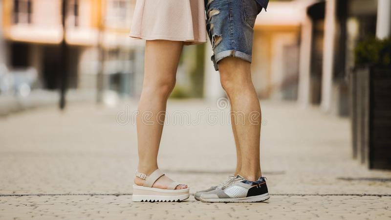 Benen van de jonge mens en vrouw die zich dicht bij elkaar, romantische verhouding bevinden royalty-vrije stock fotografie