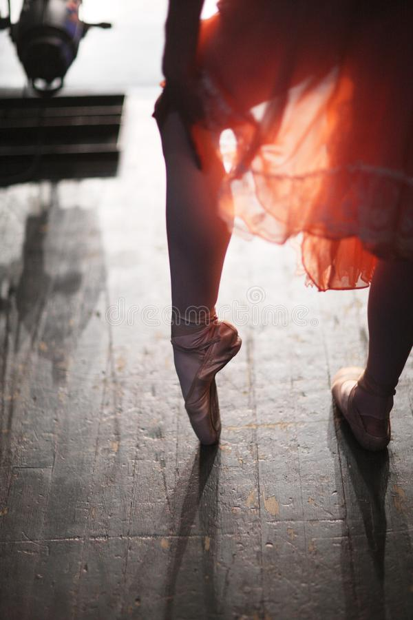 Benen van een ballerina in pointeschoenen royalty-vrije stock foto