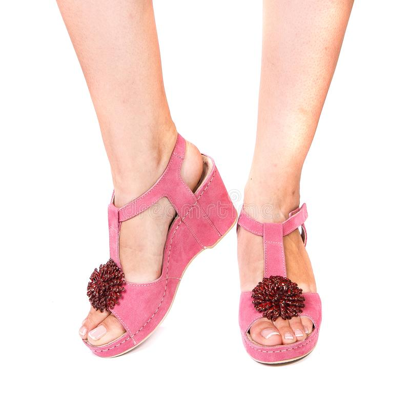 Benen van een meisjes orthopedische schoenen op wit geïsoleerde achtergrond stock afbeeldingen