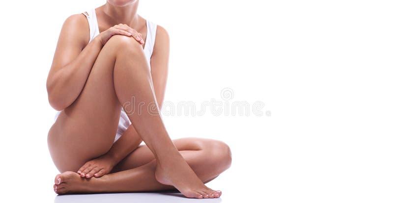 Benen van een mooi meisje op een witte achtergrond royalty-vrije stock afbeelding