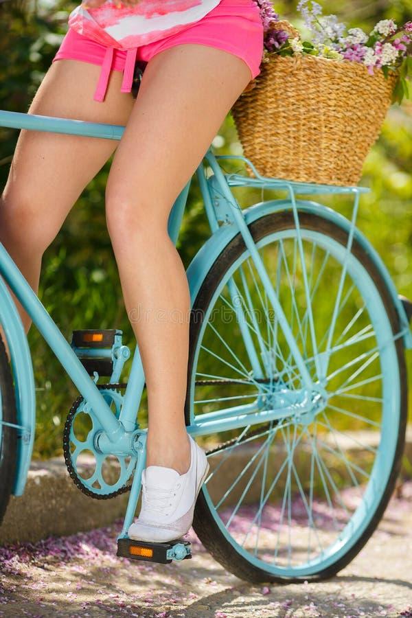 Benen van een mooie vrouw op een fiets royalty-vrije stock fotografie