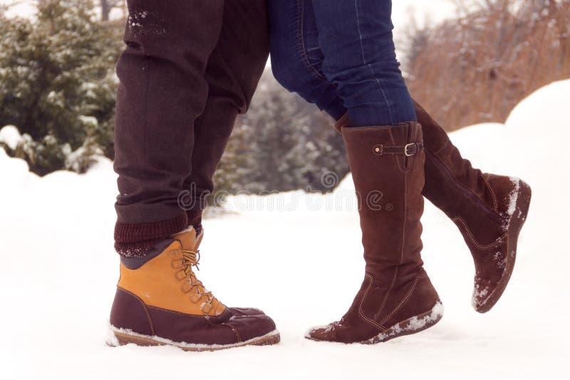 Benen van paar in liefde in park in de winter stock foto's