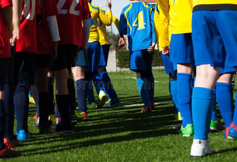 Benen van twee teams van voetbalkinderen royalty-vrije stock foto