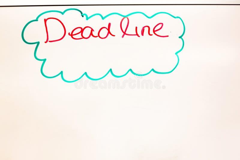 Benennung der toten Leitung geschrieben auf weißes Brett in das Büro stockfotos