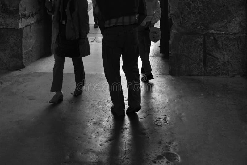 Benenschaduwen en silhouetten van mensen het lopen stock fotografie