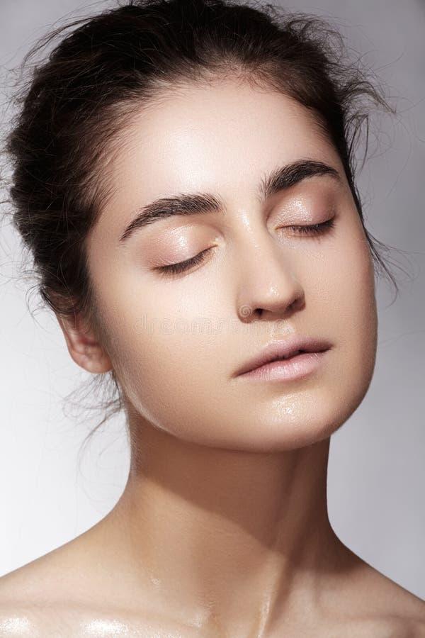 Benessere & bellezza della stazione termale Modello con pelle pulita & trucco naturale fotografia stock libera da diritti
