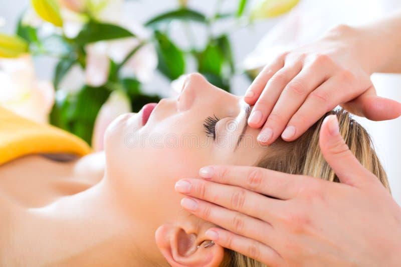 Benessere - donna che ottiene massaggio capo in stazione termale immagini stock libere da diritti