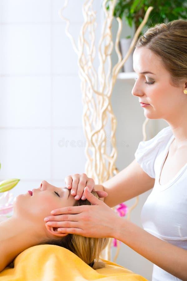 Benessere - donna che ottiene massaggio capo in stazione termale immagini stock
