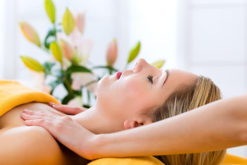 Benessere - donna che ottiene massaggio capo in stazione termale fotografia stock libera da diritti