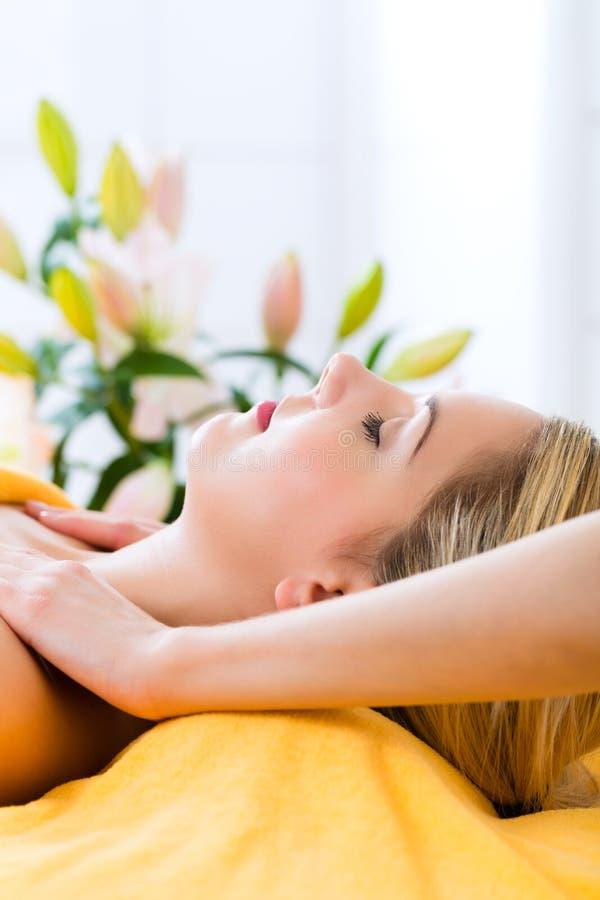 Benessere - donna che ottiene massaggio capo in stazione termale immagine stock