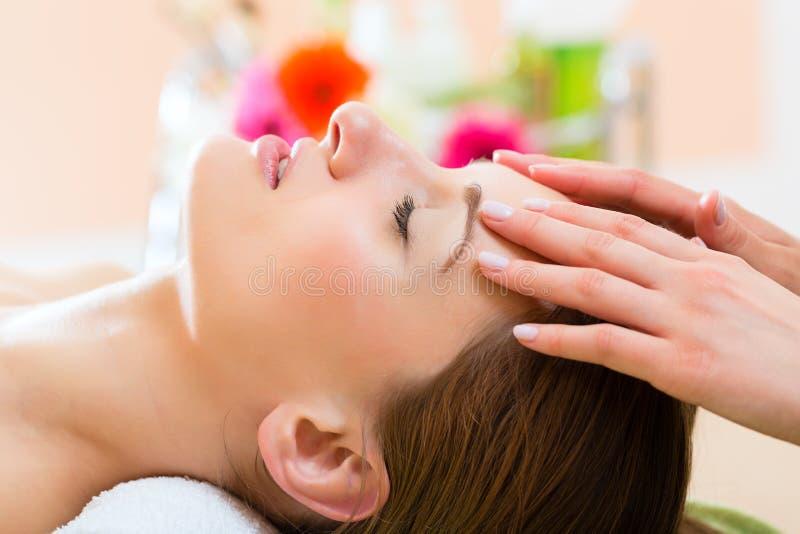 Benessere - donna che ottiene massaggio capo in stazione termale fotografie stock