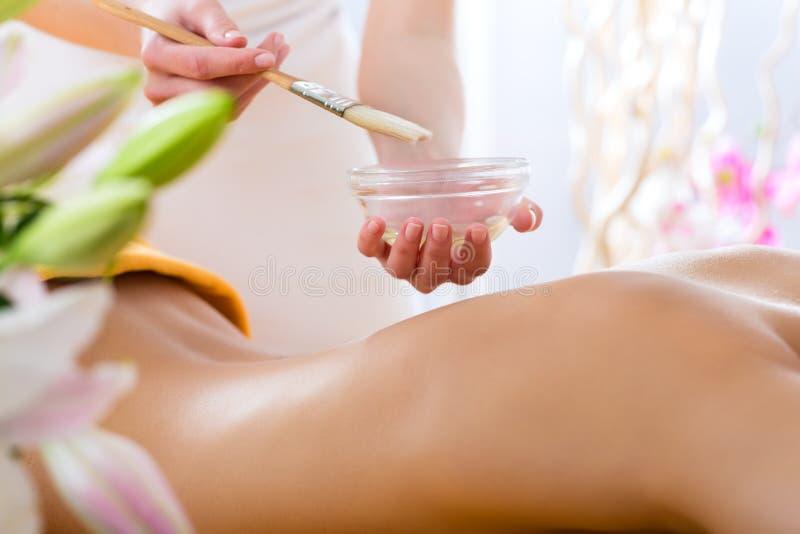 Benessere - donna che ottiene massaggio del corpo in stazione termale fotografie stock libere da diritti