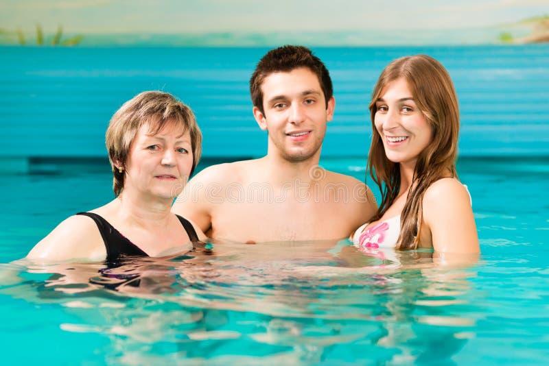 Benessere - donna e coppie nella piscina immagini stock libere da diritti