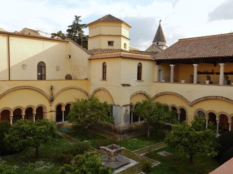 Benevento - claustro e igreja de Saint Sophia fotografia de stock royalty free