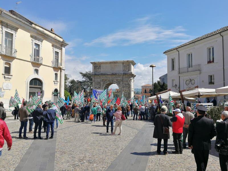 Benevento - facklig demonstration på Arcoen Traiano arkivbild