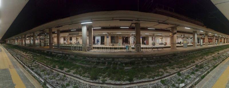 Benevento - Nachtansicht der Station von Plattform 4 lizenzfreies stockbild