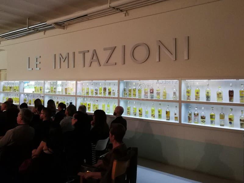 Benevento - Pasillo de las imitaciones del licor de Strega fotos de archivo