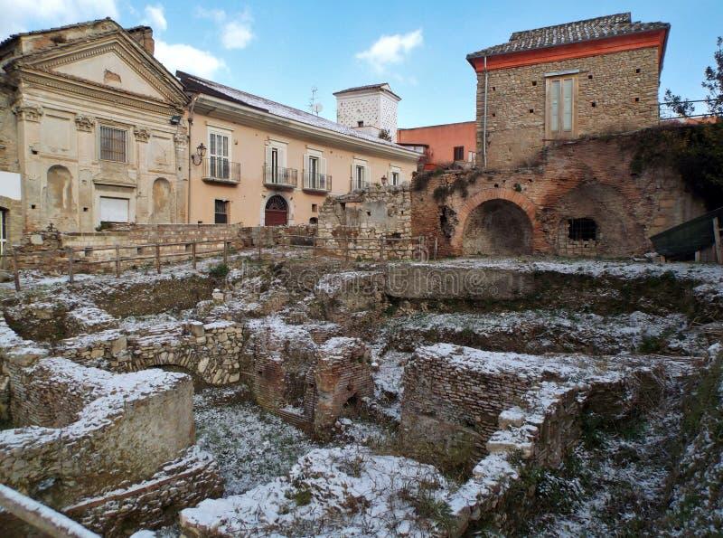 Benevento - Roman Ruins com neve imagem de stock royalty free