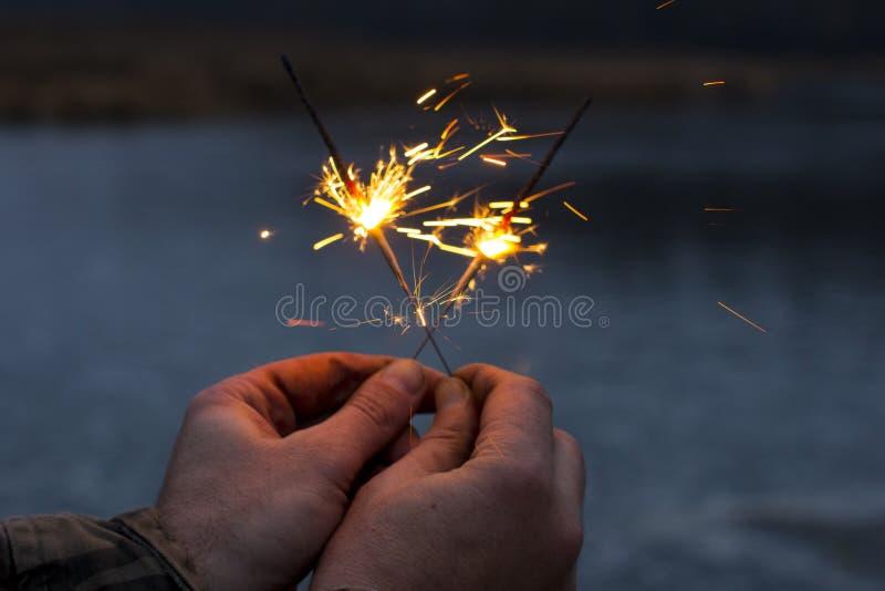 Bengaalse brand De feestelijke uitbarsting van de vuurwerk heldere begroeting stock fotografie