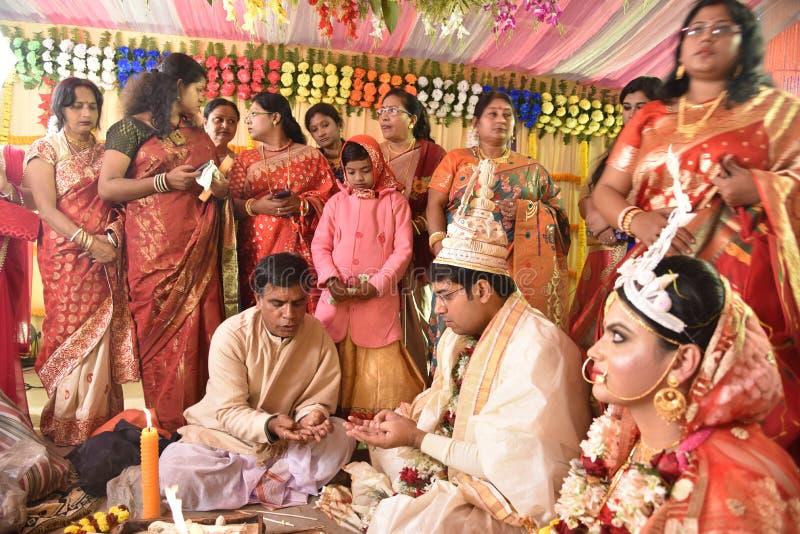 Bengaalse Familie tijdens het Huwelijk stock afbeelding