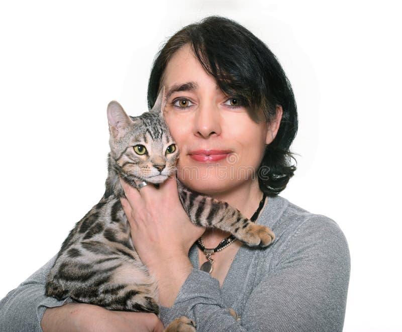 Bengal kattunge och kvinna arkivbilder