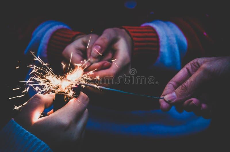 Bengal-Lichter in den Mädchen übergeben stockfoto