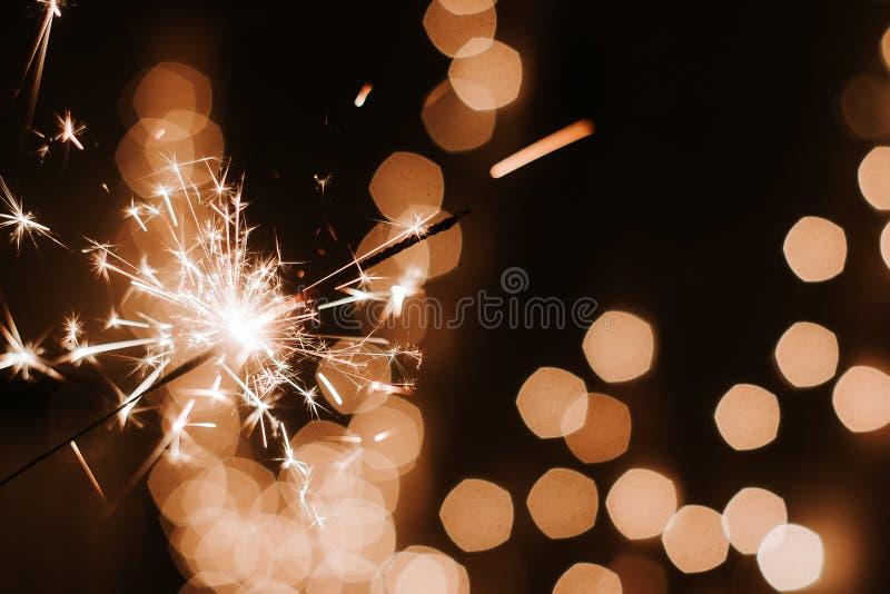 Bengalas ardiendo en el fondo oscuro del bokeh, Feliz Año Nuevo imágenes de archivo libres de regalías