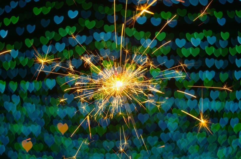 Bengalas eléctricas con el fondo del bokeh del corazón imagenes de archivo