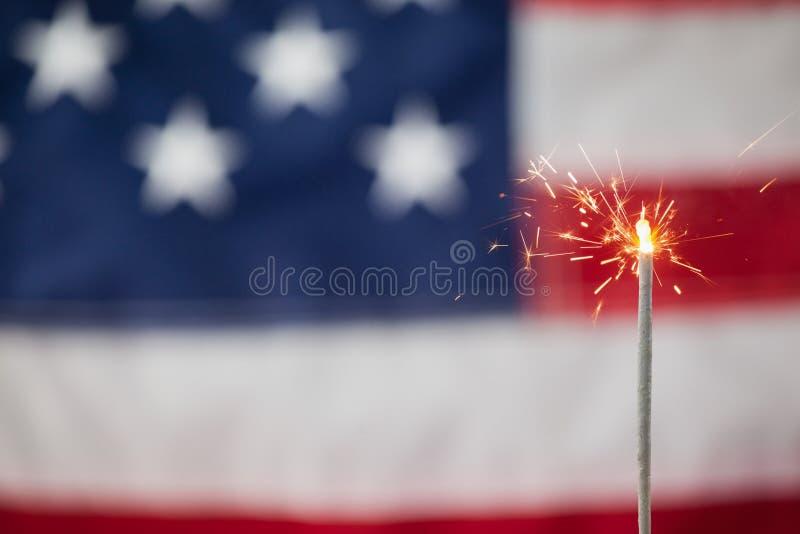 Bengalas que queman contra fondo de la bandera americana fotos de archivo libres de regalías