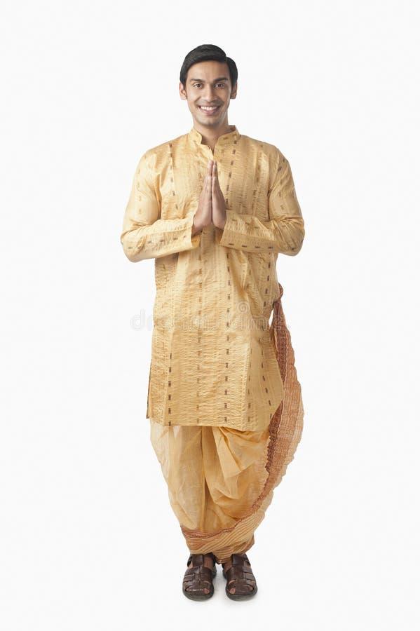 Bengali bemannt Stellung in einer Gebetsposition stockbild