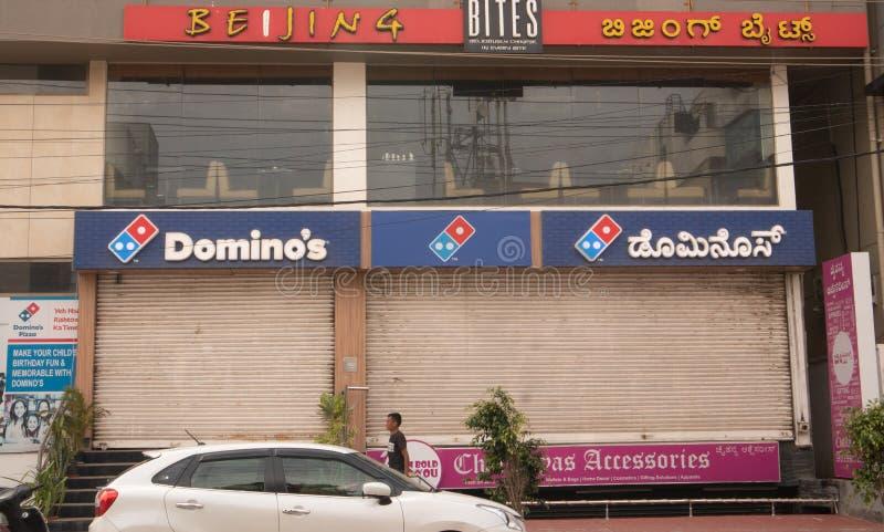 Bengaluru, Índia junho 27,2019: Quadro de avisos de Domino's Pizza sobre a construção em Bengaluru imagem de stock