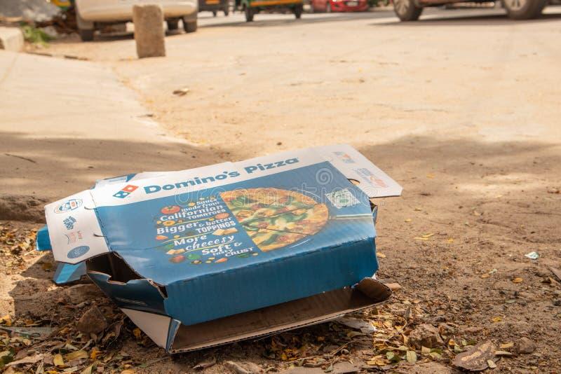 Bengaluru, Ινδία στις 17 Ιουνίου 2019: Κιβώτιο πιτσών ντόμινο που ρίχνεται μακριά από την οδική πλευρά στοκ φωτογραφία