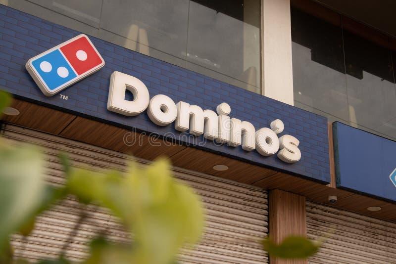 Bengaluru, India 27,2019 Juni: Domino's Pizza -aanplakbord bovenop het gebouw in Bengaluru stock afbeelding