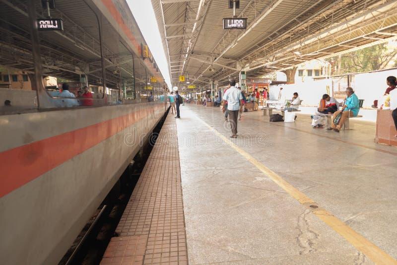 Bengaluru, INDIA - Juni 03,2019: Niet geïdentificeerde mensen die op de trein bij het station van Bangalore tijdens ochtendtijd w royalty-vrije stock foto's