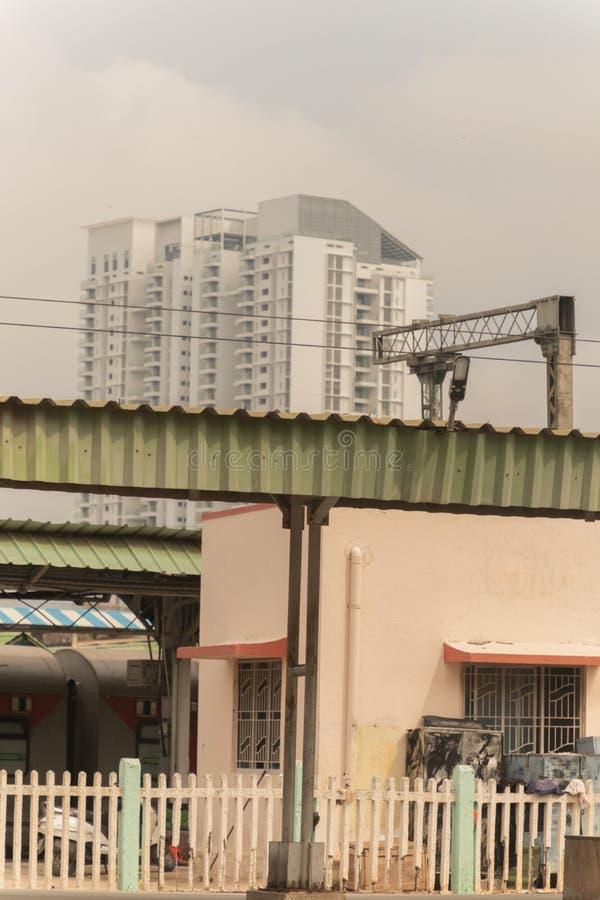 Bengaluru INDIEN - Juni 03,2019: Enorma privata byggnader nära den bangalore järnvägsstationen arkivbild