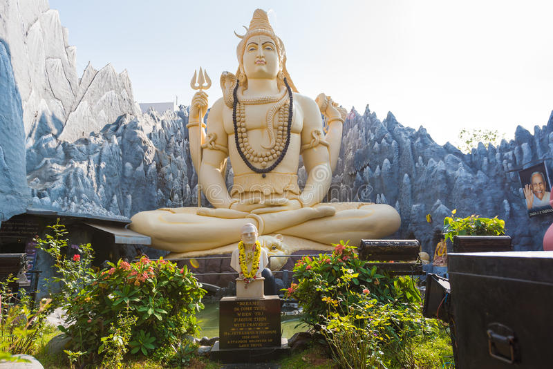 BENGALURU, KARNATAKA - INDIA - NOVEMBER 09, 2016: Groot standbeeld van Lord Shiva met bezoekers in Bangalore, India royalty-vrije stock afbeeldingen