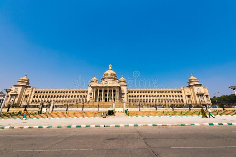 BENGALURU KARNATAKA - INDIEN - NOVEMBER 09, 2016: Huvudbyggnad av regeringen av Bangalore Gatan beskådar Kopieringsutrymme för te arkivbild