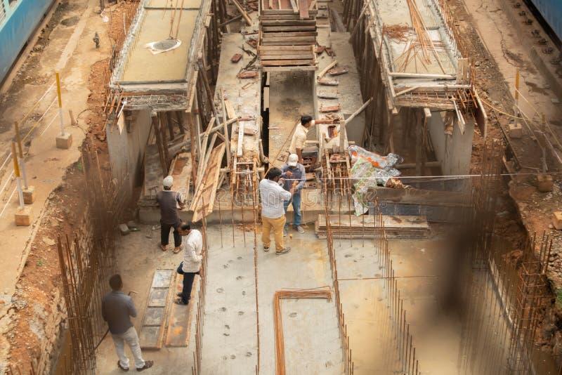 Bengaluru, la INDIA - junio 03,2019: Opinión aérea gente ocupada en construcción de la pista ferroviaria en el ferrocarril de Ban fotos de archivo libres de regalías