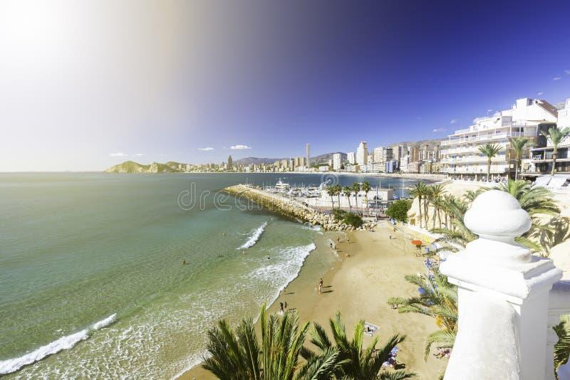Benidorm balkong - sikt av den Poniente stranden, port, skyskrapor och berg, Spanien royaltyfri bild