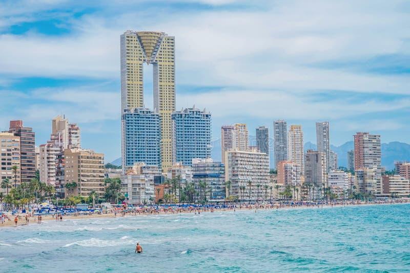Benidorm, Espanha - 16 de junho de 2019: Vista panorâmica na praia de Poniente de Benidorm completa do turista foto de stock