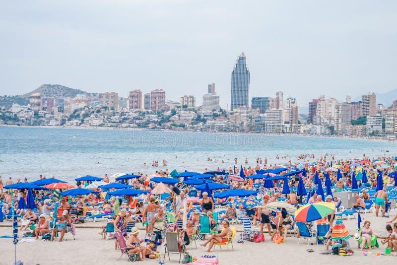 Benidorm, Hiszpania, 16 Czerwiec, 2019: Widok Benidorm Poniente plażowy pełny odpoczynkowi ludzie w Benidorm, Hiszpania zdjęcia stock