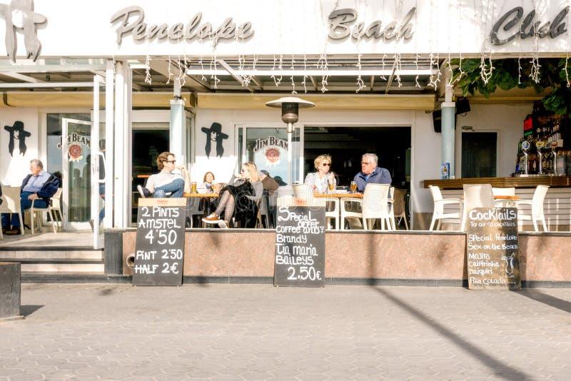 Benidorm Hiszpania, Styczeń, - 14, 2018: Turyści siedzi w chodniczek kawiarni w Levante wyrzucać na brzeg teren Benidorm, Hiszpan obrazy stock