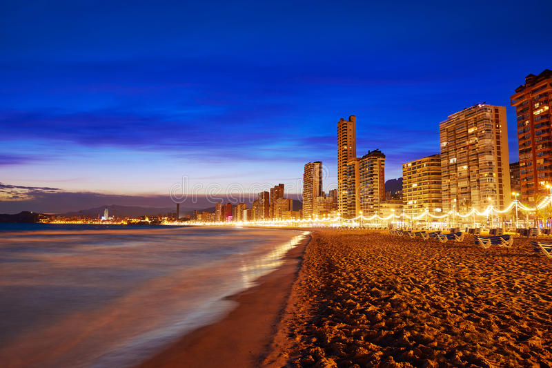 Benidorm-Skyline am Sonnenuntergangstrand in Alicante lizenzfreies stockfoto