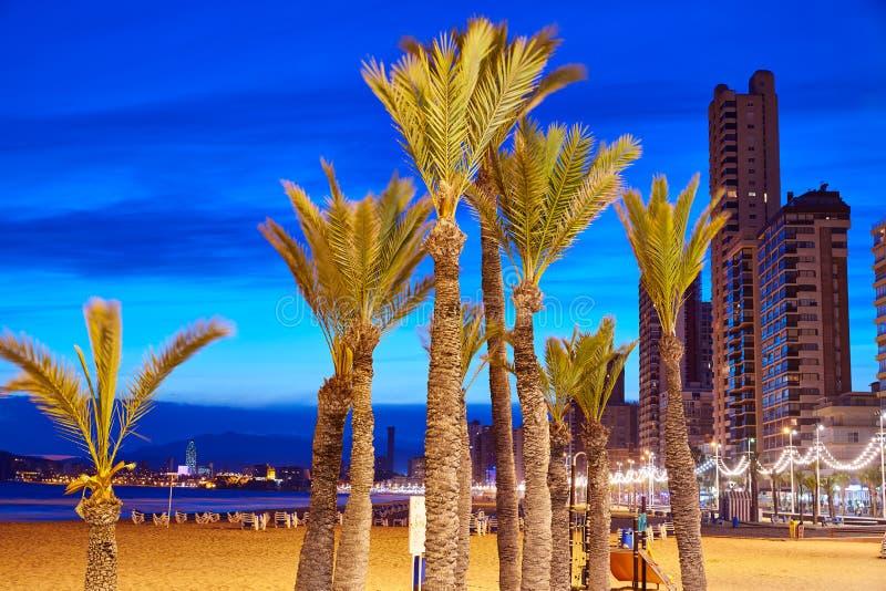 Benidorm-Skyline am Sonnenuntergangstrand in Alicante stockbilder