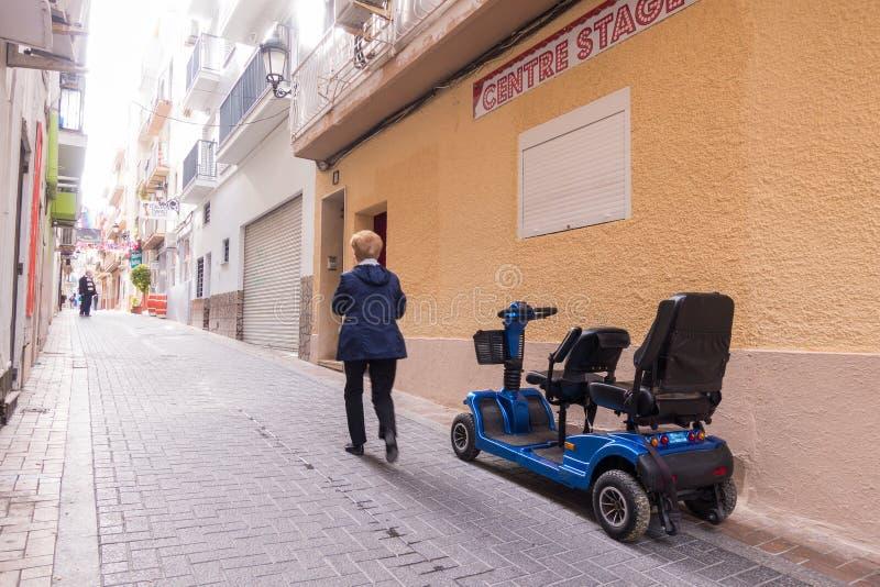Benidorm Spanien - Januari 29, 2018: Turisten gillar att använda hyrda rörlighetssparkcyklar i gatan av Benidorm, Spanien arkivbilder