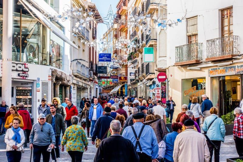 BENIDORM, SPANJE, 4 december, 2017: Mensen die op de het winkelen straat in Benidorm, Alicante, Spanje lopen royalty-vrije stock afbeeldingen